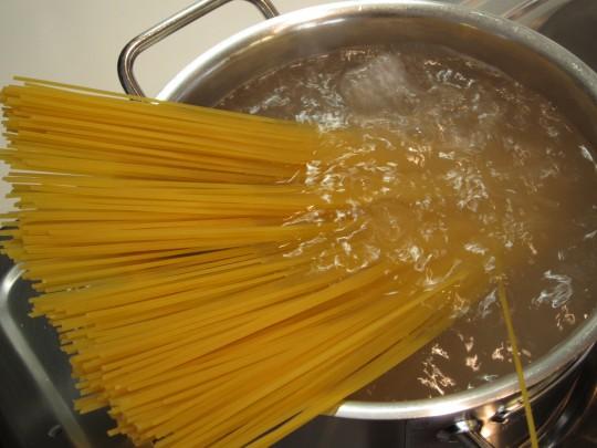 pasta mit lauch schafsk se und pinienkernen sacre e
