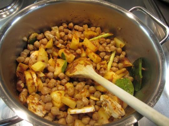 Kichererbsen, Ingwer, Kaffierblätter und Zitronengras reinhauen und rüüühren.