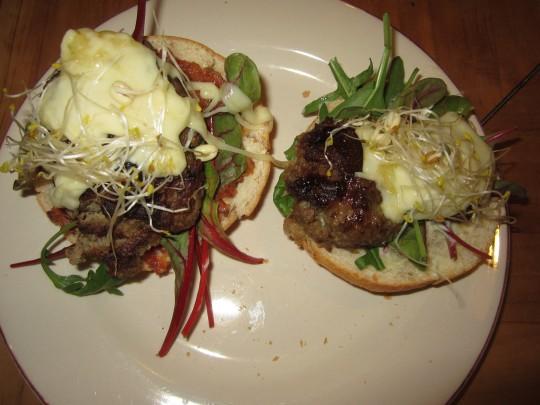 Hamburger homemade mit Tomaten-Pesto (links) und Majo (rechts)