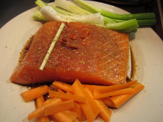 Marinieren Sie den Lachs mit Teryaki und werfen Sie das Gemüse gleich mit dazu.