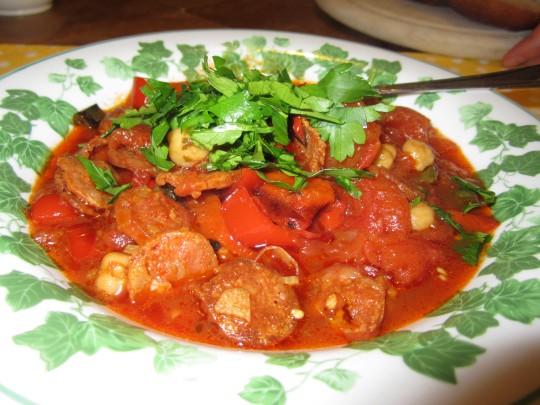 Chorizo-Stew aus der Nähe - trinken Sie spanischen Sekt dazu!