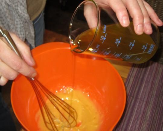 Das Öl bitte gaaaanz langsam hinzuträufeln - also nicht, wie Sie das sonst hinwurschteln, sondern wie ein echter Küchenchef.