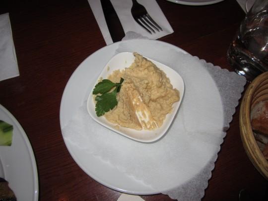 Hummus für die Dame!