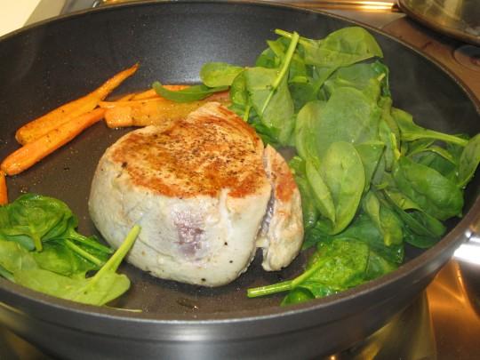 Fisch und Gemüse in einer Pfanne - schneller geht es kaum.