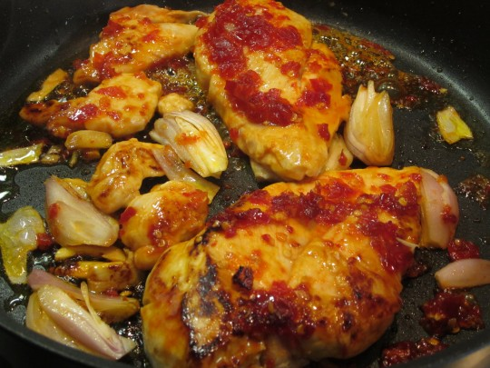 Huhn braten mitsamt Schalotten und Knoblauch.