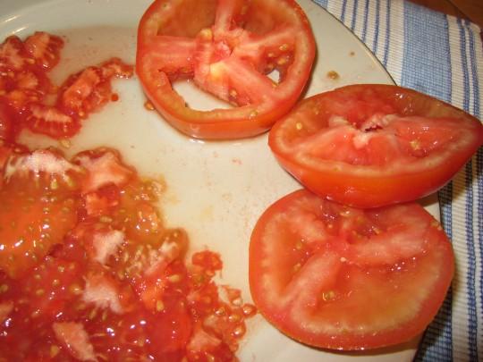 Tomaten entkernen! Die Gurke bitte ebenso, dann schmeckt der Salat intensiver.