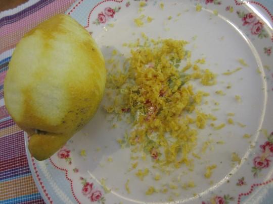 Zitronenabrieb: Sie brauchen einen Teelöffel.