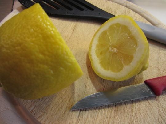 Zitronensaft gibt einen frischen Kick.