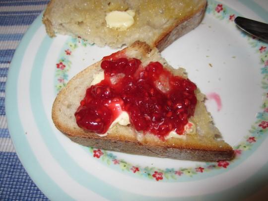 Das will sofort gekostet werden: Toast, gute Butter und gescheit Marmelade drauf!