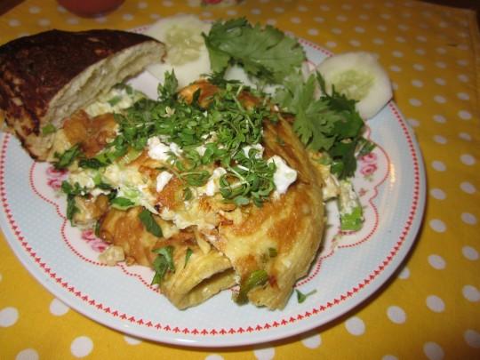 Nicht verkehrt: asiatisches Omelette zum Frühstück mit Brezn-Semmel