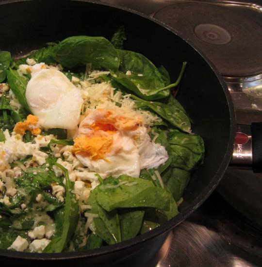 Eier auf dem Spinat und Schafskäse platzieren, fertig!