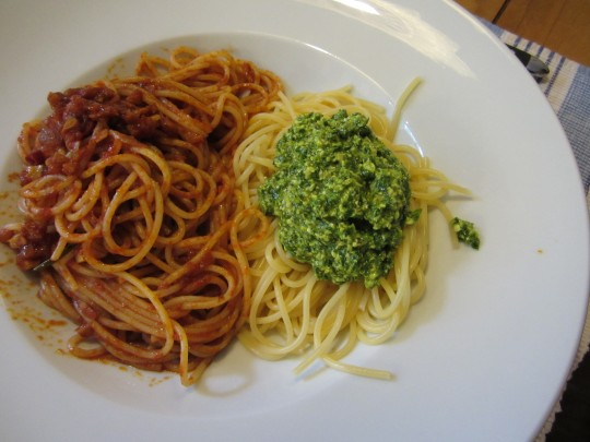 Gutes Team: Roquefort-Pesto und Arrabiata-Sugo!