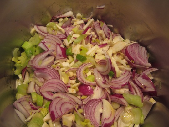 ..dann das Gemüse hinzugeben und unter Rühren einige Minuten angehen lassen.