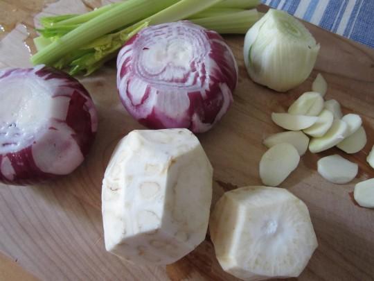 Gutes Gemüse fürs Sugo: Sellerie, rote Zwiebeln, Staudensellerie, Knoblauch