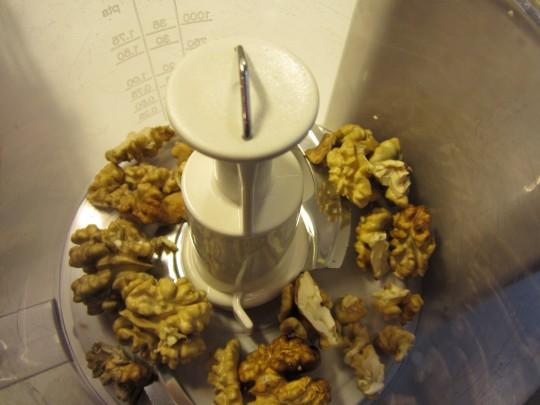 Die geschälten Walnüsse in der Küchenmaschine feinhacken lassen oder das selbst per Hand tun.