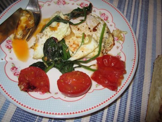 Ohne Trüffel: Spinat & Tomaten Spiegeleier schmecken ebenfalls.