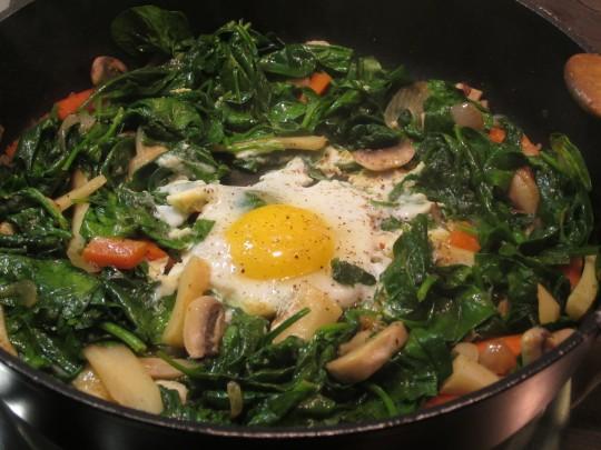 Geht super-schnell: unset frisches Gemüse mit simplem Spiegelei