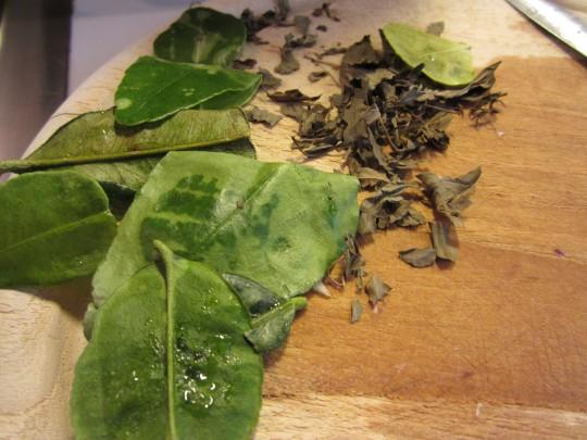 Kaffir-Blätter und Thai-Basilikum