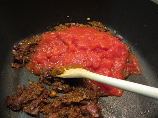 Tomatenstücke untermischen