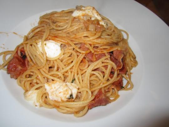 Fenchel-Salami-Pasta mit viel Thymian und Büffel-Mozzarella. Riecht wunderbar, schmeckt wunderbar:-)