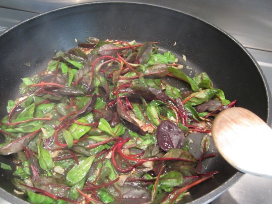 Mangold und Spinat in der Pfanne kurz angaren