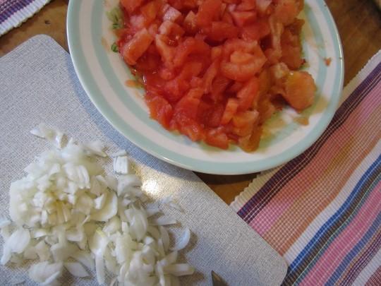 Auch die Tomaten und die Zwiebeln klein schneiden