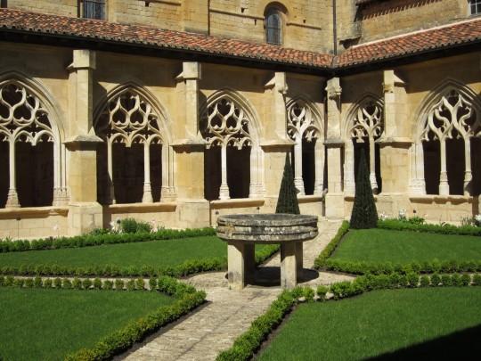 schön alt und klar: Abtei im Périgord