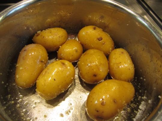 Kartoffeln in Olivenöl und Meersalz schwenken. Maldon-Flocken sind perfekt!