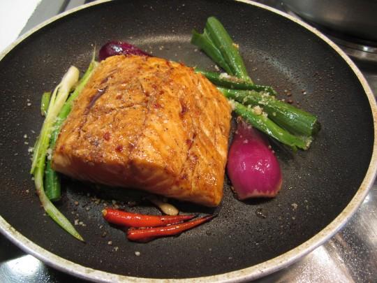 Wir braten den Fisch von beiden Seiten an und entfernen vor dem Fertigaren die Haut - unorthodox, aber praktisch und die Teriyaki-Sauce kann in der Pfanne nochmal einziehen