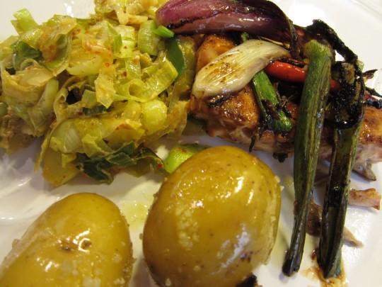 Serviert: Teriyaki-Lachs mit Lauch und Grenaille-Kartoffeln.