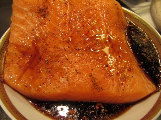 Lachsfilet in Teriyaki-Sauce marinieren und mit Szechuan-Pfeffer und Chiliflocken würzen
