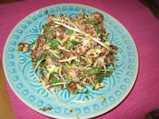 Unser Quinoa-Salat mit Tunfisch sieht hübsch aus und schmeckt großartig, obwohl er so gesund ist!