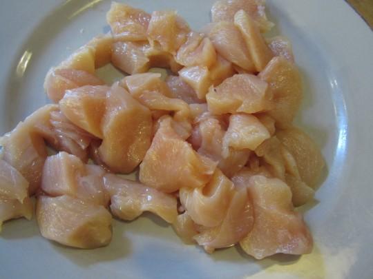 Hühnerbrust fein parieren und klein schneiden