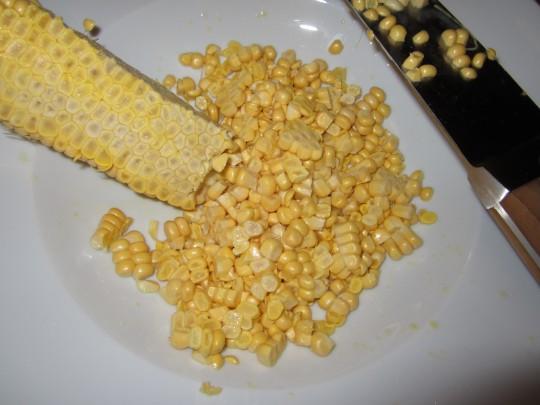 Maiskörner vom Kolben strippen - das geht zur Abwechslung mal easy.