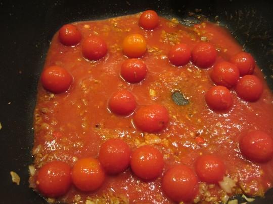 Tomaten und Brühe sollen mit dem Zwiebel-Gwürzgemisch ca. 25 Minuten köcheln.