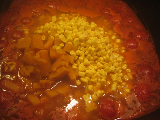Jetzt wandern Mais und Kartoffeln in den Topf...