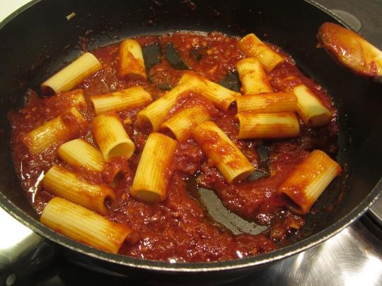 Rigatoni sind ideal, weil sie die Sauce gut aufnehmen.