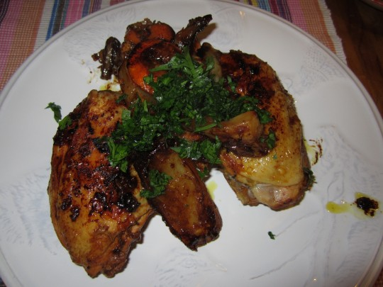 Und fertig: schön braun geschmurgeltes Maishähnchen mit Fenchel und Clementinen