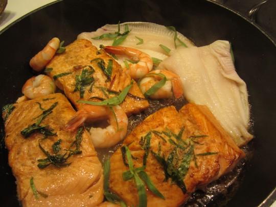 Da braten unsere Fische - Achtung: die Schollen-Filets sind ruckzuck fertig, ebenso die Scampis.