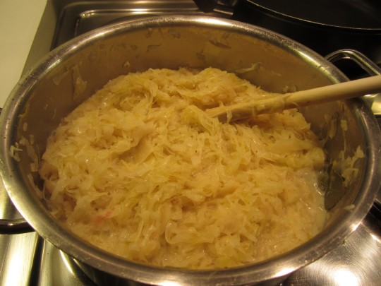 Das Sauerkraut braucht ein gutes Weilchen, wenn Sie frisches nehmen. Bei der Dose dürfen Sie 2-2,5 Stunden Kochzeit abziehen.