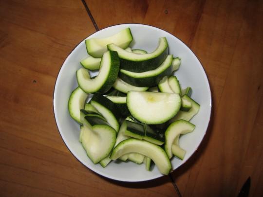 Zucchini in dickere Halbmonde schneiden.