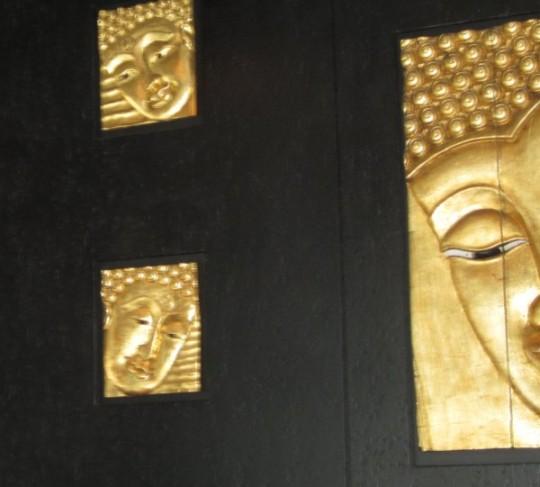 Deko-Buddhas an den Wänden