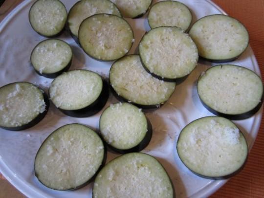 Auberginen-Scheiben salzen
