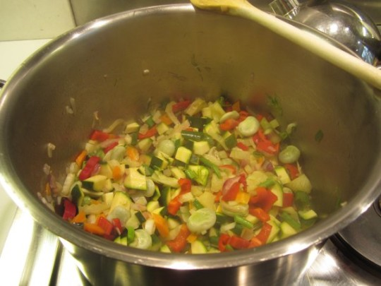 Dann das andere Gemüse hinzugeben und ebenfalls angaren.