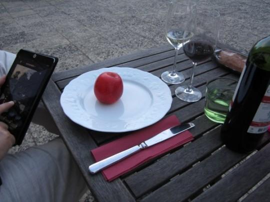 Draußen auf der Terrasse dürfen Sie auch Brotzeit machen wie die Franzosen: Wein und Geschirr gibt's vom Haus