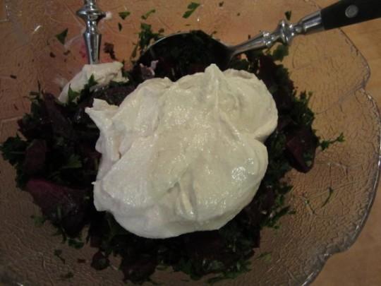Tahini-Dip mit Rote Beete und Petersilie vermengen
