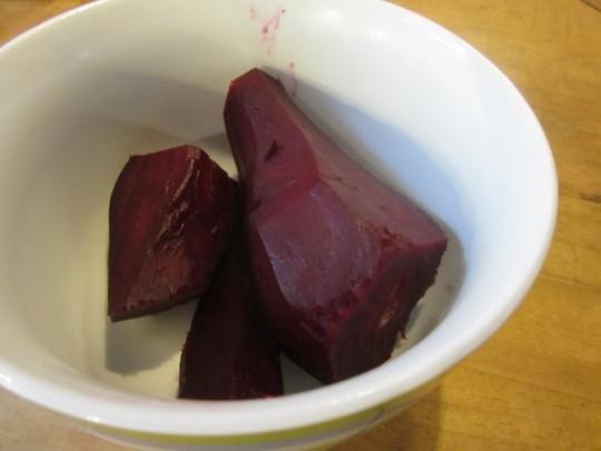Wenn Sie die Rote Beete häuten, brauchen Sie Gummihandschuhe!