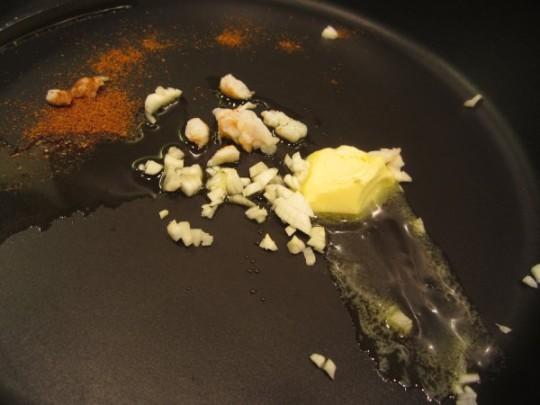 Knoblauch, Curry, Öl und Butter
