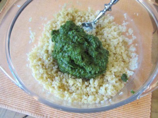 Die Kräuter/Frühlingszwiebel-Paste gut in den Bulgur einarbeiten, abschmecken und ein paar Minuten ziehen lassen